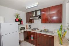 Bucatarie complet utilata: frigider, cuptor cu microunde, cafetiera, plita electrica, vesela