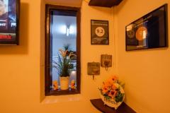 Salon pentru relaxare si servit cafeaua/masa; dotat cu TV LCD cu acces gratuit la Netflix
