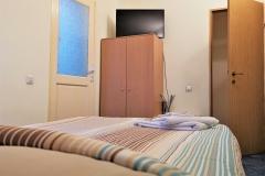 Camera cu pat dublu de 140 cm, TV LCD cu Netflix, Wi-Fi si baie proprie